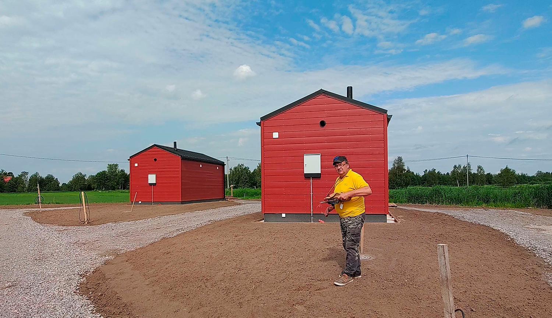 Yrittäjä Raimo Pietilä ja nurmen kylvöön käytetty vanha, mutta varmasti toimiva heinänsiemenen kylvölaite. Tilalla on majoittujien mahdollista päästä tutustumaan mm. 1700-luvun savupirtissä sijaitsevaan talonpoikaismuseoon.