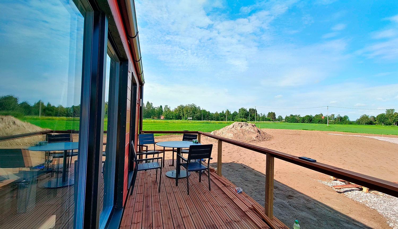 Isoimman Villan terassilta tulee avautumaan nurmen kasvettua upea, suomalainen maalaismaisema. Tähän tilavimpaan rakennukseen on majoittujilla myös esteetön kulku rampilla.